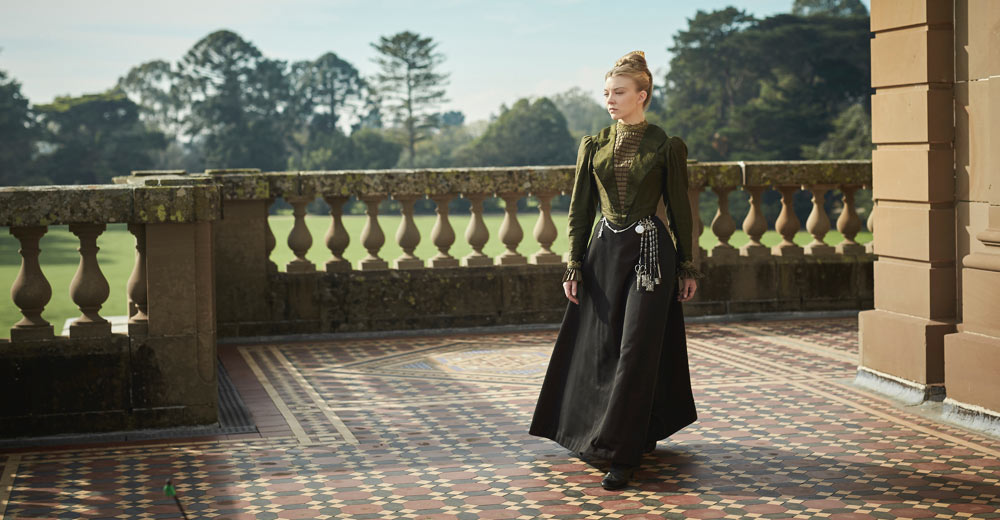 Die junge Witwe Hester Appleyard (Natalie Dormer) beim Rundgang durch ihr selbst errichtetes Mädchen-Internat.