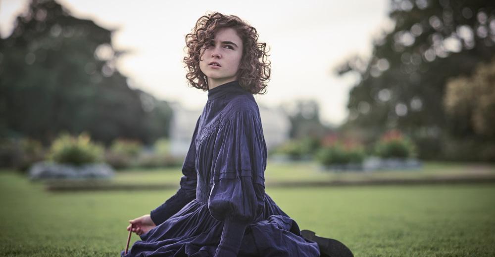 Die traurige Sarah im Garten des Internats