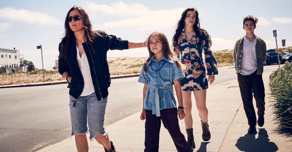 Better Things 2: Trotz aller Turbulenzen liebt Sam ihre drei Töchter mehr als alles andere.