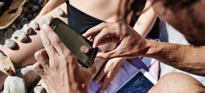 MagentaTV streamen im Ausland: Benutzung eines Smartphones am Strand