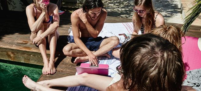 Filme im Ausland streamen - auch am Pool mit Laptop.