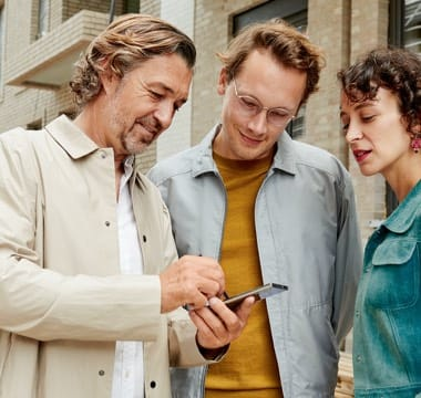 Gruppe Menschen mit Smartphone