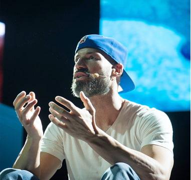 Matthew Mockridge auf Bühne hält Vortrag