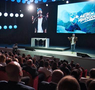 Matthew Mockridge auf Bühne vor Publikum
