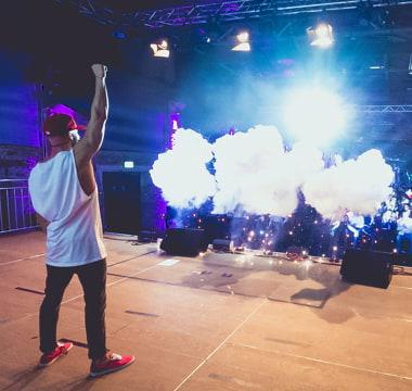 Matthew Mockridge auf Bühne im Flutlicht