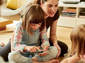 Frau mit ihren Kindern